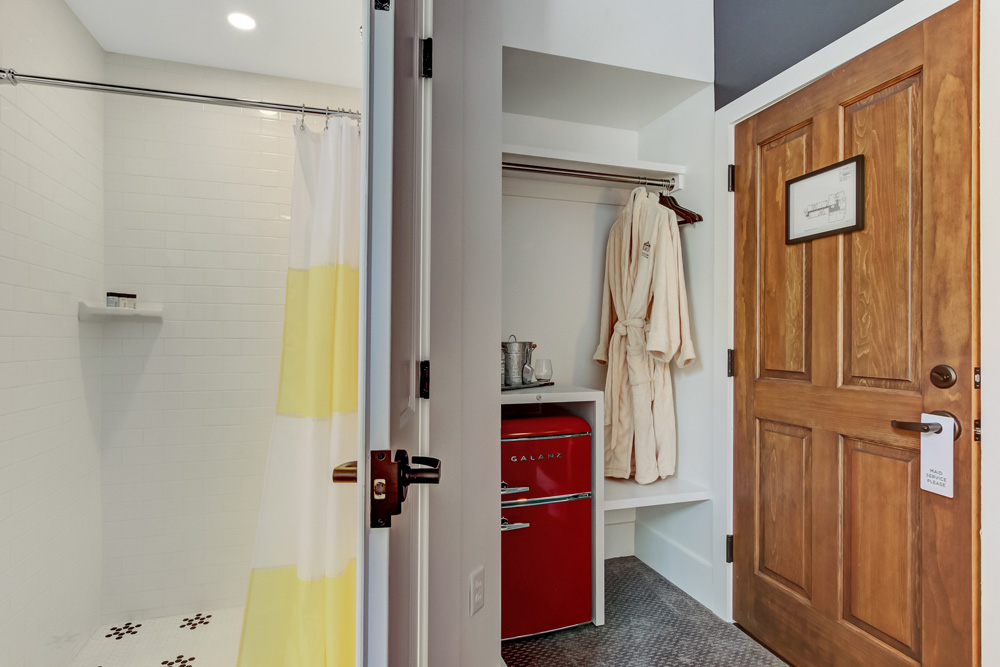 On-suite bathroom & closet with mini-fridge